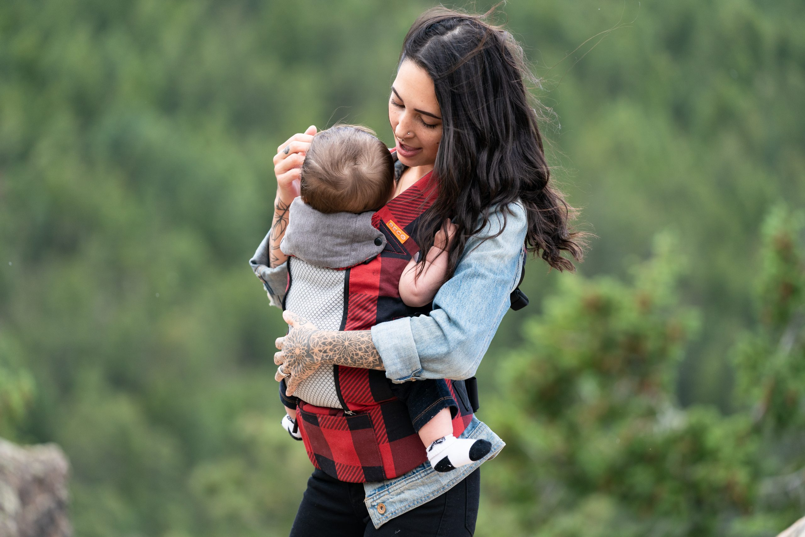 The benefits of babywearing and choosing a sling